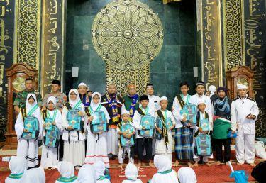 files/news/wisuda-akbar-tahfidz-juz-5681688a8cc2b0c_cover.jpeg